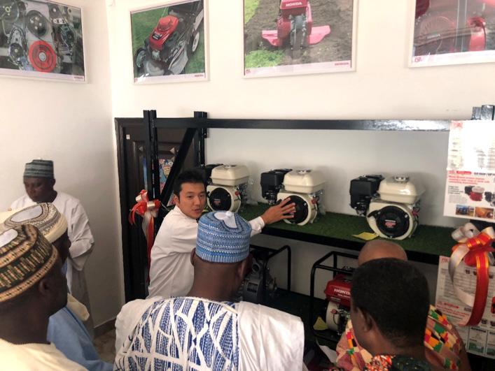 店内では本田技研工業の担当者の方がお客様に商品の説明や質問に答えていました
