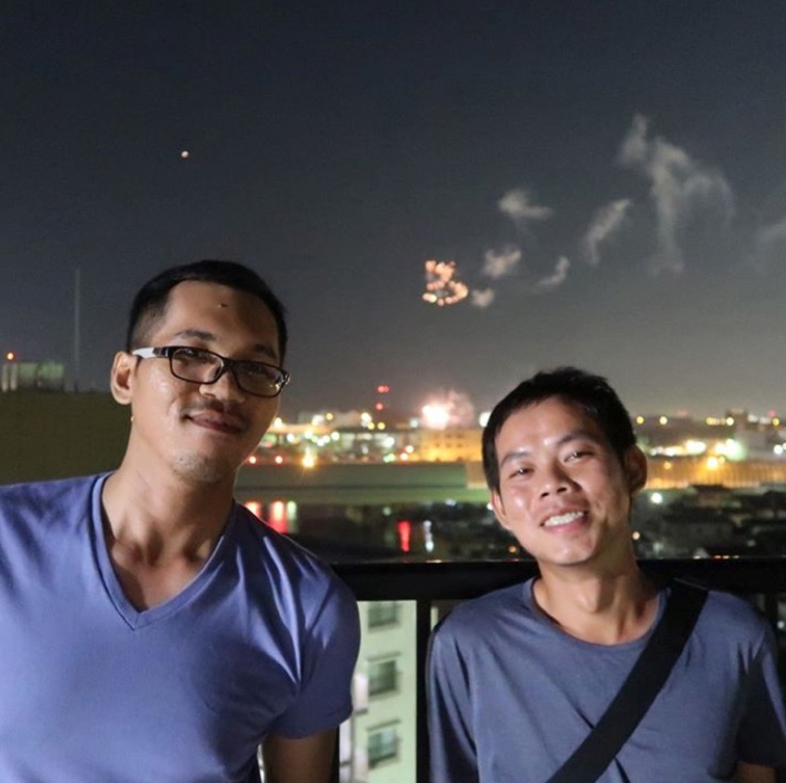 とあるマンションの屋上、地元船橋の花火大会「カンボジアは南国ですが、日本はカンボジアより暑く汗が止まらなくて大変驚きました」